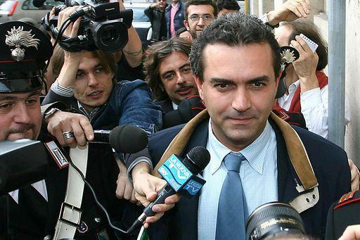 Luigi_De_Magistris_assediato_dai_giornalisti
