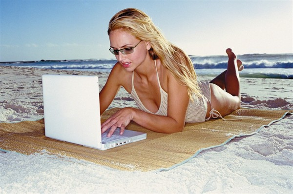 donna-computer-spiaggia_600x398