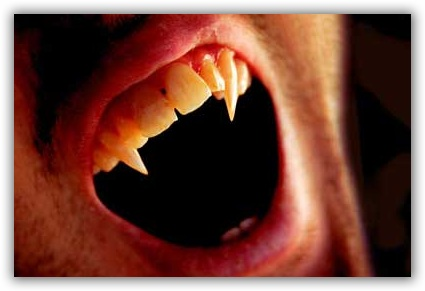 vampiri-vampirismo-bocca-canini
