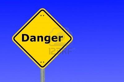 5923583-pericolo-scritto-su-un-cartello-di-avvertimento-strada-giallo