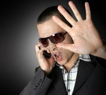 8992689-urlando-uomo-con-la-mano-aperta-e-telefoni-cellulari copy