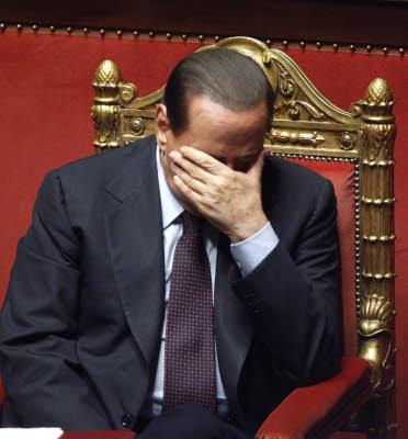 Berlusconi mano copre il viso